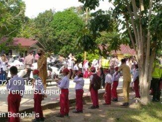 Antusias Masyarakat Menunggu Kedatangan Helikopter Presiden RI Tiba di Desa Muntai