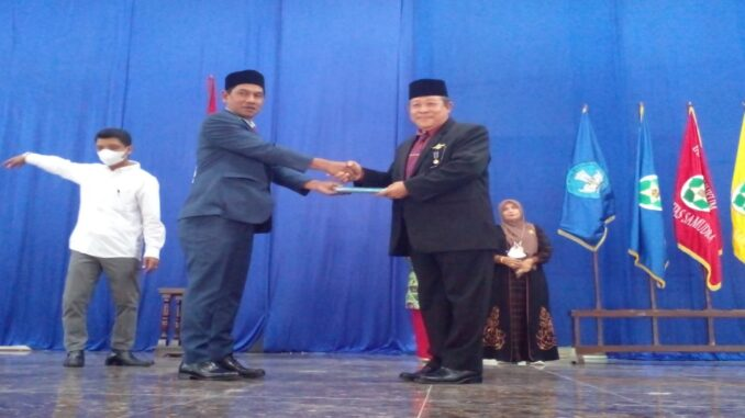 Ket gambar : Pisah sambut Rektor Universitas Dr.Bachtiar Akob M.Pd menyerahkan jabatannya kepada Rektor terpilih Dr.Ir.Hamdani, MT (foto/Susi)
