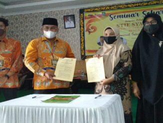 Ket : Ketua KADIN Masuri, SH dan Ketua Ketua STIE Syariah Bengkalis Khodijah Ishak teken MoU (Foto/Indra)
