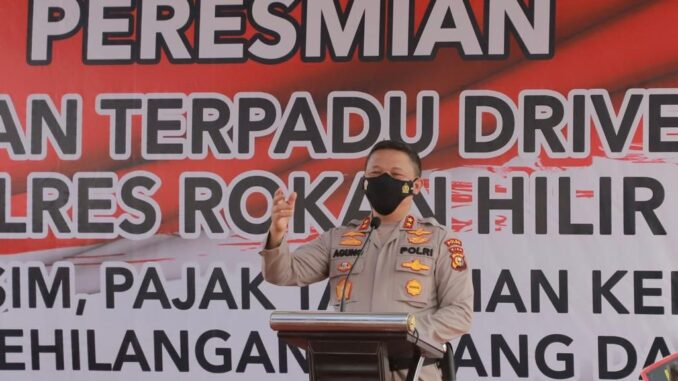 Ket : Kapolda Riau Irjen Agung Setya Imam Effendi resmikan layanan Drive Thru terpadu di Mapolres Rohil (foto/Istimewa)