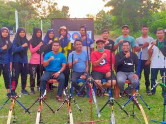 Keterangan : Ketua KONI Kabupaten Bengkalis Darma Firdaus dan 3 pengurus foto bersama coach dan atlet Pengcab Perpani Bengkalis, Kamis (14/10/2021) petang.(foto/istimewa)