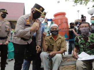 Ket : Kapolda Riau beserta rombongan beri Semangat kepada peserta Vaksinasi di Siak (foto/istimewa