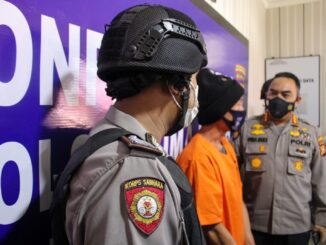 Ket : Kapolresta Pekanbaru didampingi Kapolsek Lima Puluh gelar konferensi pers di Aula Mako Polsek Limapuluh (foto/Istimewa)